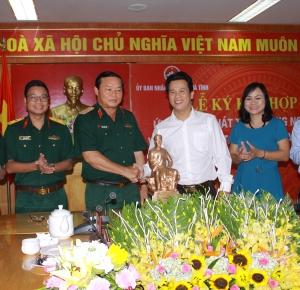Lãnh đạo tỉnh và Lãnh đạo Tập đoàn Viễn thông quân đội Viettel tại buổi ký kết hợp tác phát triển